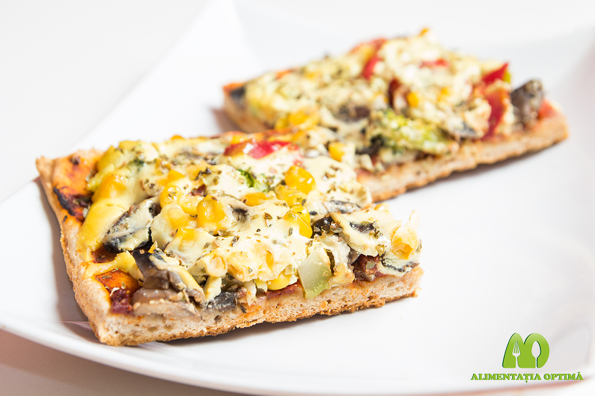 Pizza cu blat crocant, legume și sos de tofu